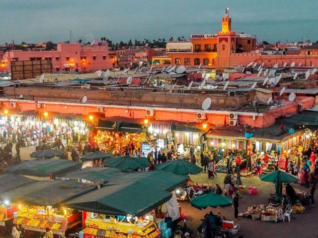 Place-Jamaa-el-fna-tombe-de-la-nuit-rosesinparis
